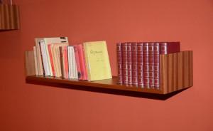 In einem Teil der Ausstellung ist die rekonstruierte Bibliothek Mirós zu sehen. Foto: Joan Miró