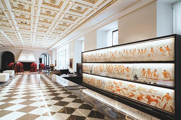 Lobby mit altägyptischer Kunst