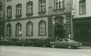Eingang der 1987 eröffneten Mahn- und Gedenkstätte (um 1990).