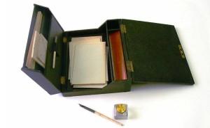 Reiseschreibzeug mit Papiervorrat_Tintengals_Füllfederhalter_um 1850 bis 1900