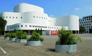 Das imposante Düsseldorfer Schauspielhaus mit geschwungener Fassade