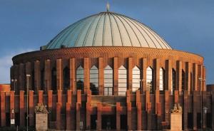 Die Tonhalle liegt direkt am Rheinufer und fällt durch ihre besondere Architektur auf.