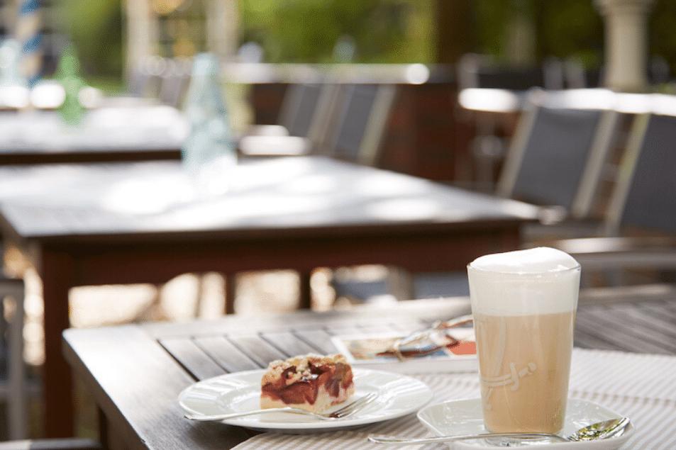 Latte Macchiato und Kuchen draußen im Cafe