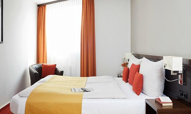 living-hotel-am-detuschen-museum-muenchen-economy-doppel-bett1-1