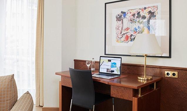 living-hotel-grosser-kurfurst-berlin-executive-schreibtisch-1