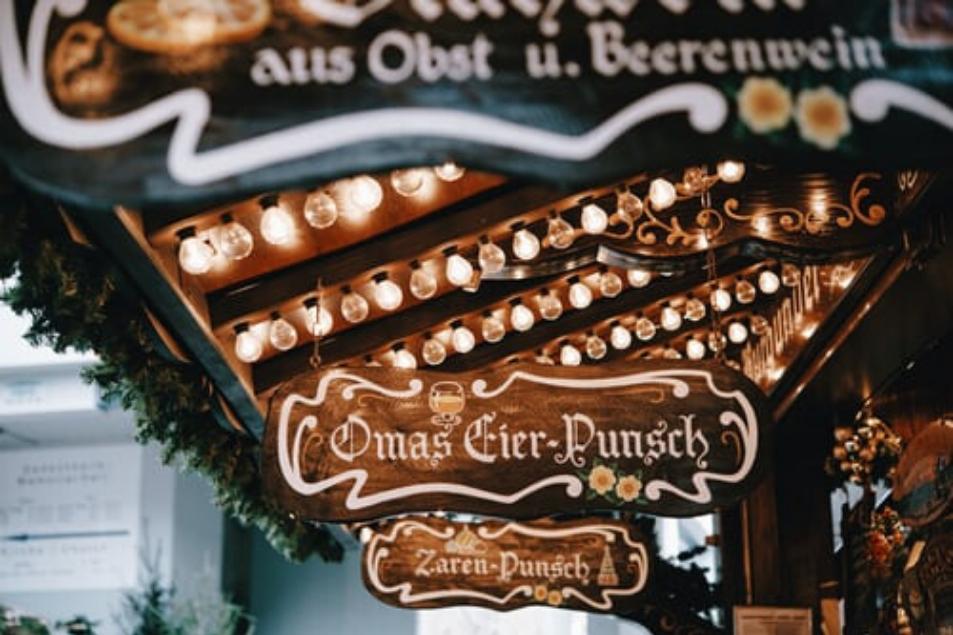 Stand mit Eier Punsch Düsseldorfer Weihnachtsmarkt