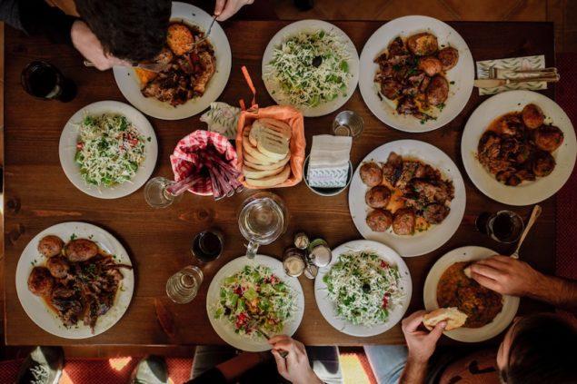 Esstisch von oben verschiedene Speisen