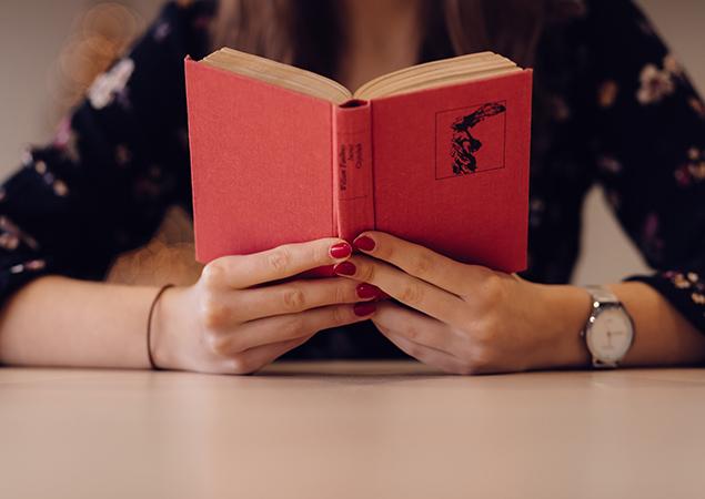 Frau liest rotes Buch