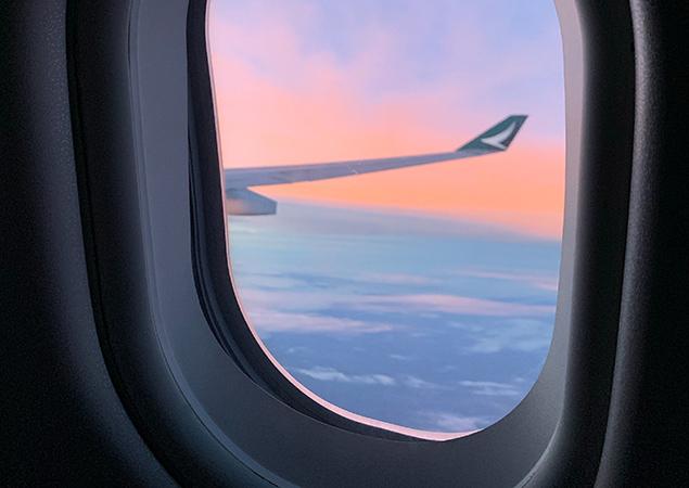 Blick aus dem Flugzeugfenster- Sonnenuntergang
