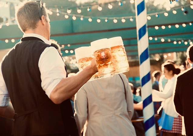 Kellner mit Maßkrügen Bier Oktoberfest München