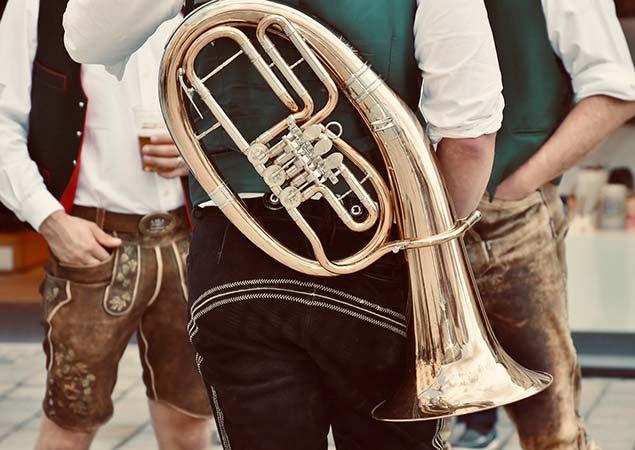 Mann in Tracht mit Blasinstrument Oktoberfest München