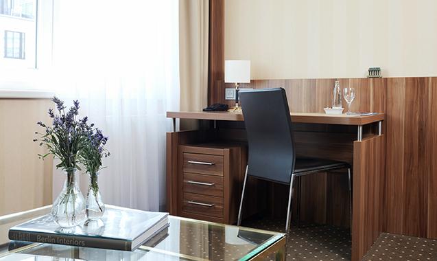 Living-Hotel-Berlin-Mitte-Deluxe-Schreibtisch