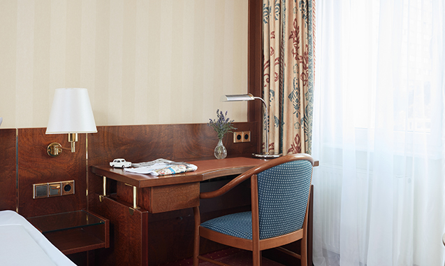 Living-Hotel-Berlin-Mitte-Familienzimmer-Schreibtisch