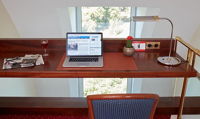 Living-Hotel-Weißensee-Berlin-Deluxe-Schreibtisch