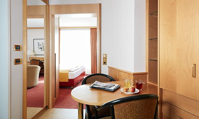 Living-Hotel-Großer-Kurfurst-Berlin-Deluxe-Schreibtisch