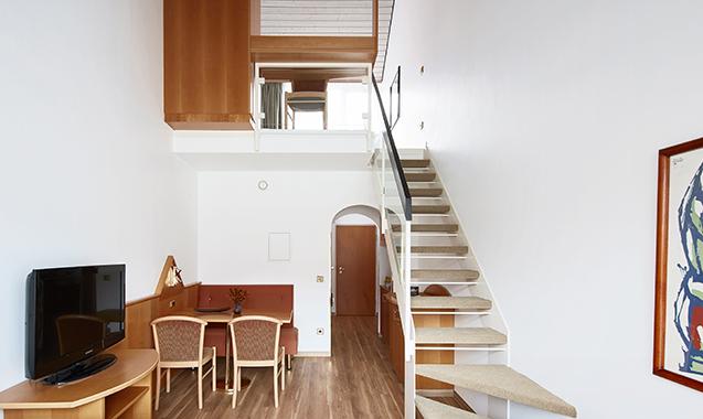 Living-Hotel-Nuernberg-Maisonette-Superior-Wohnzimmer