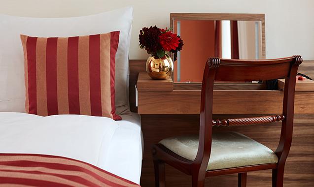 Living-Hotel-an-der-Oper-Wien-Business-Schreibtisch-Bett