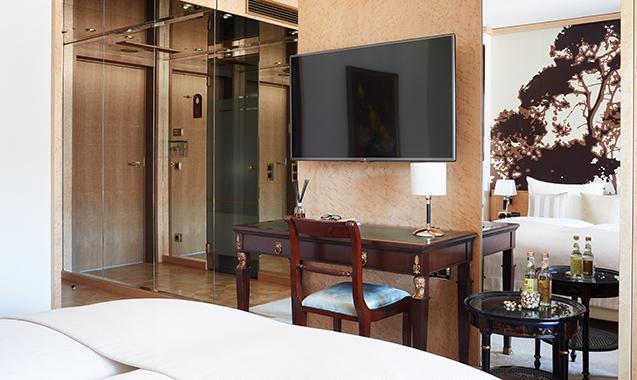 Living-Hotel-DeMedici-Dusseldorf-Deluxe-Schreibtisch